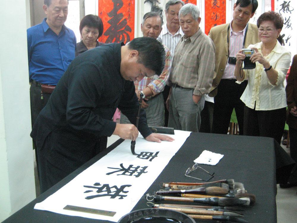 2009年12月率团赴台湾进行文化交流期间,现场为台湾书法家创作书法作品