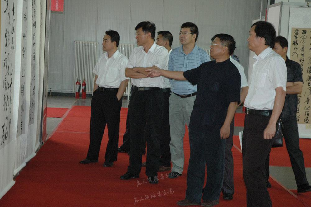 2011年9月带领金融书协代表团在内蒙乌海参观五行业书法联展