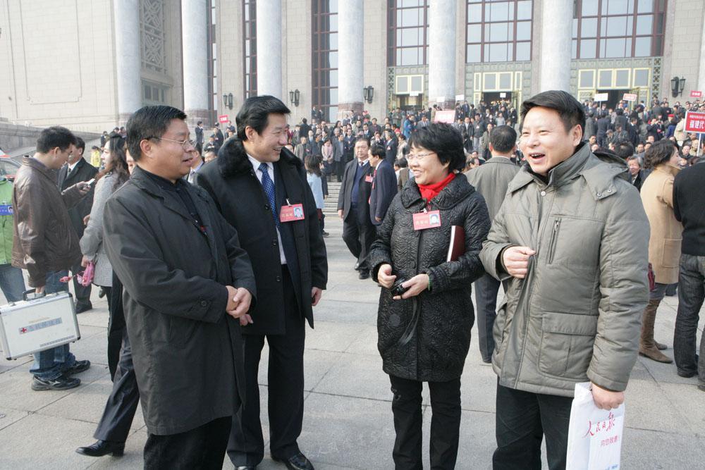 2011年11月参加中国文联第九次全国代表大会时在人民大会堂前与张改琴、李有来、刘俊京亲切交谈。