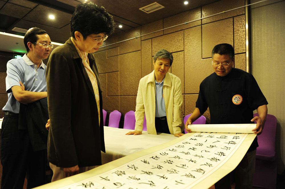 2014年6月张铜彦向中国文联、中国书协领导展示书法长卷