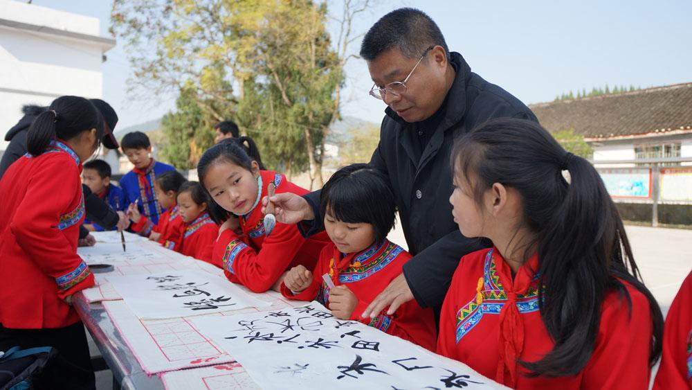 2014年12月率小分队赴湖南古丈服务采风时为古丈孩子们辅导